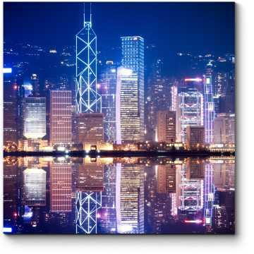 Ночной Гонконг в отражении водах бухты