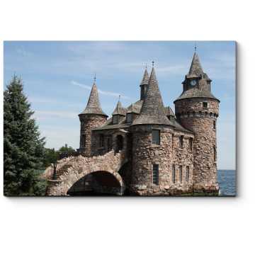 Каменный замок со рвом и мостом