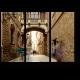 Узкая мощеная улочка Барселоны