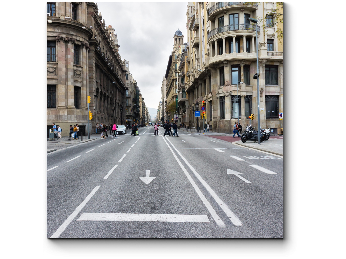 Модульная картина Пустая дорога в центре Барселоны (20x20) фото