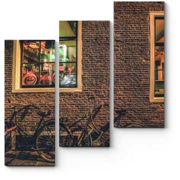 Велосипеды у кирпичной стены амстердамского паба