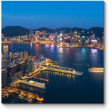 Сияющий ночными огнями Гонконг