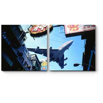 Самолет в небе над Гонконгом