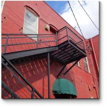 Пожарная лестница на старом кирпичном здании