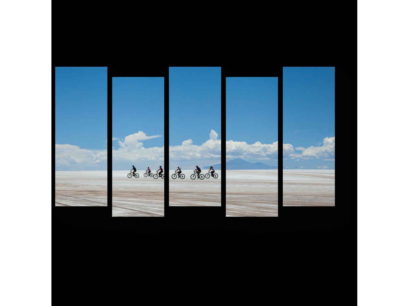 Модульная картина Велосипедисты на небесном фоне (90x52) фото