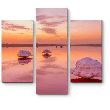 Розовый закат в зеркале воде