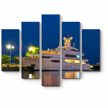 Красавица-яхта в ночном порту