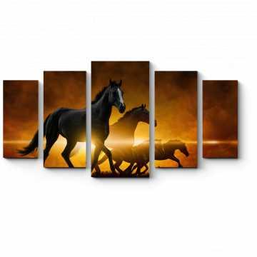 Бегущие лошади на фоне закатных облаков