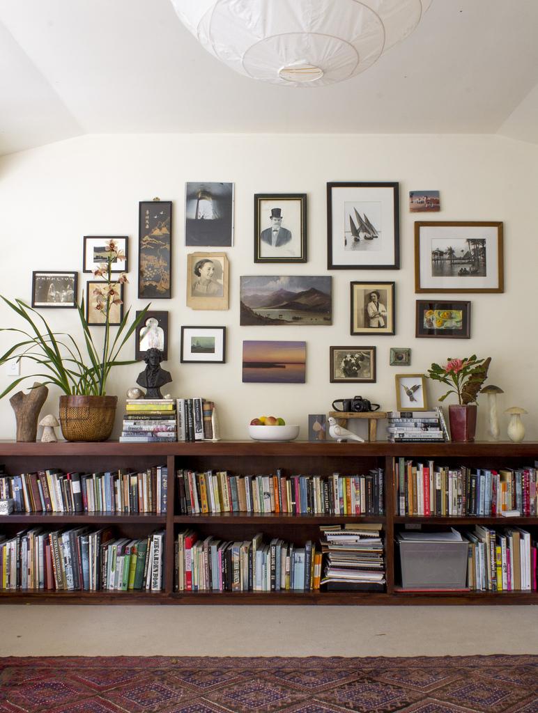 много картин на стене